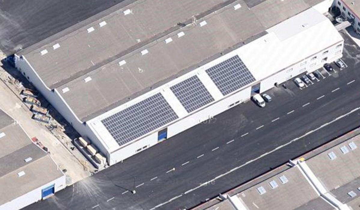 Installation en toiture d'un bâtiment industriel avec désamiantage et renforcement de charpente